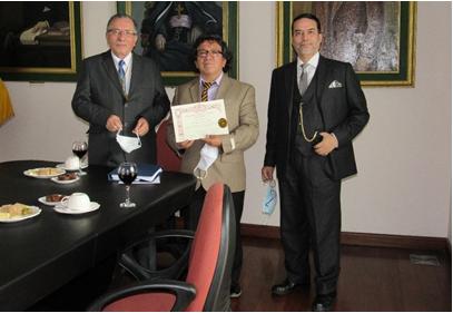 Dr. Franklin Barriga López, Director-ANH; Dr. Byron Núñez Freile, con el Diploma y el Lic. Gregorio De Larrea