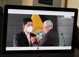 Dr. Blas Garzón Vera, flamante Miembro de Número, recibe los emblemas institucionales de manos del Dr. Juan Cordero Íñiguez, Ex Director-ANH y Director Honorario Vitalicio de la entidad.